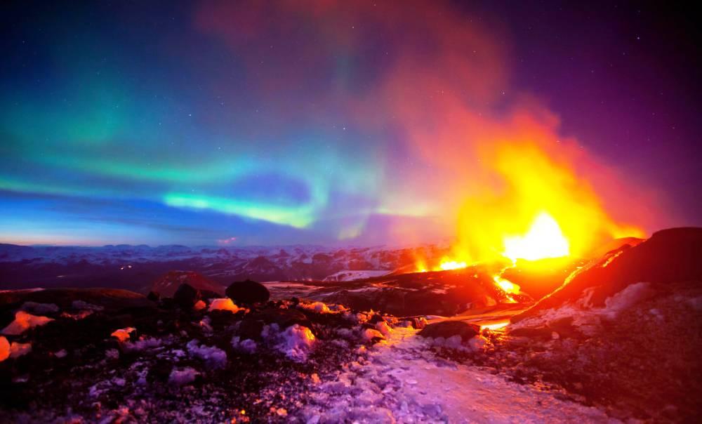 erupting-volcano-aurora-iceland2