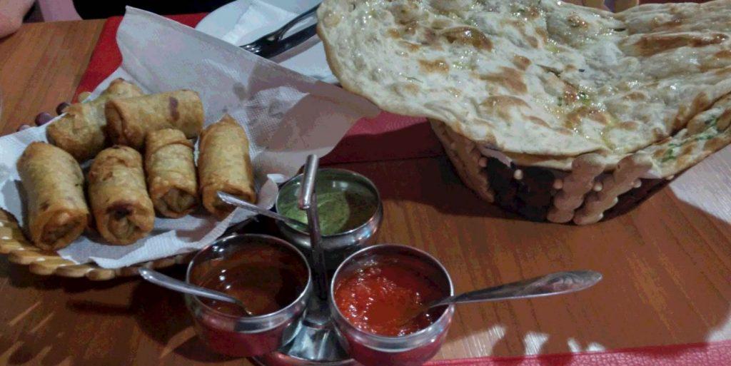 Pão naan com alho, as samosas Foto:coisonthego.com