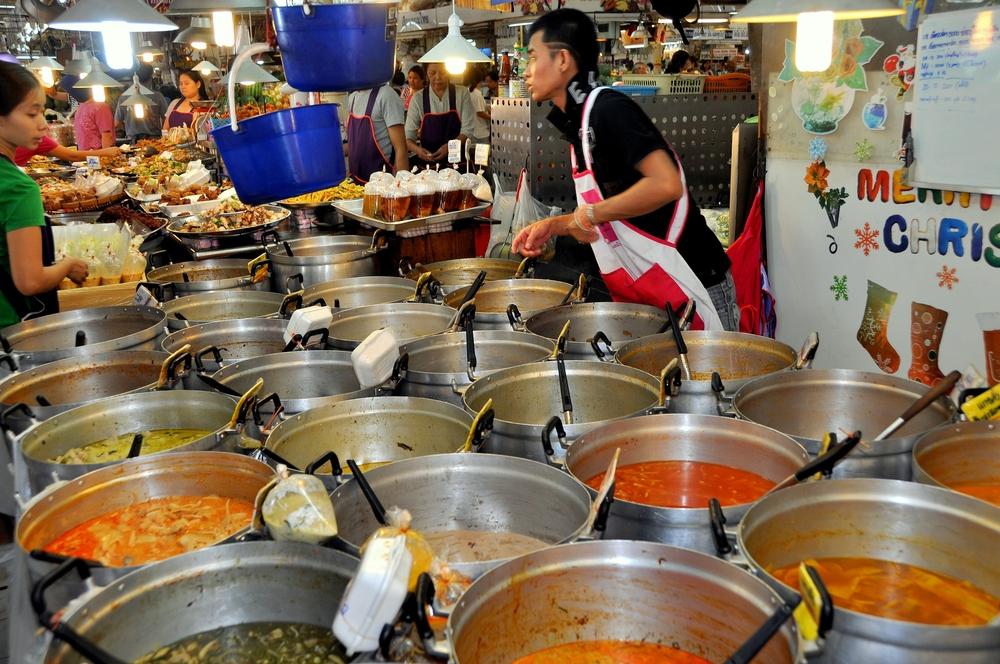Banca de comidas no Chatuchak - foto LEE SNIDER PHOTO IMAGES - shutterstock.com