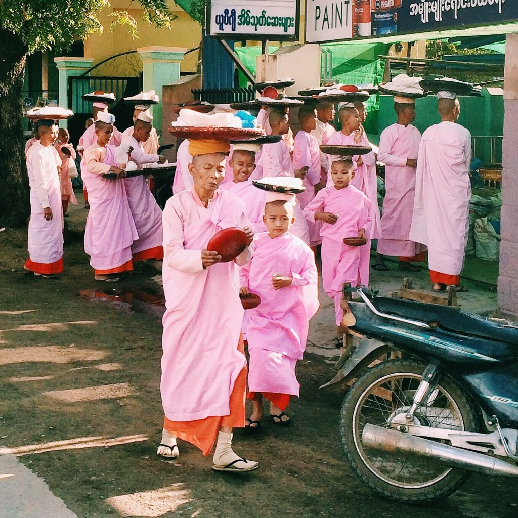 Monges (ou freiras) que nos deparamos na nossa primeira manhã em Bagan. Foto Lalai Persson