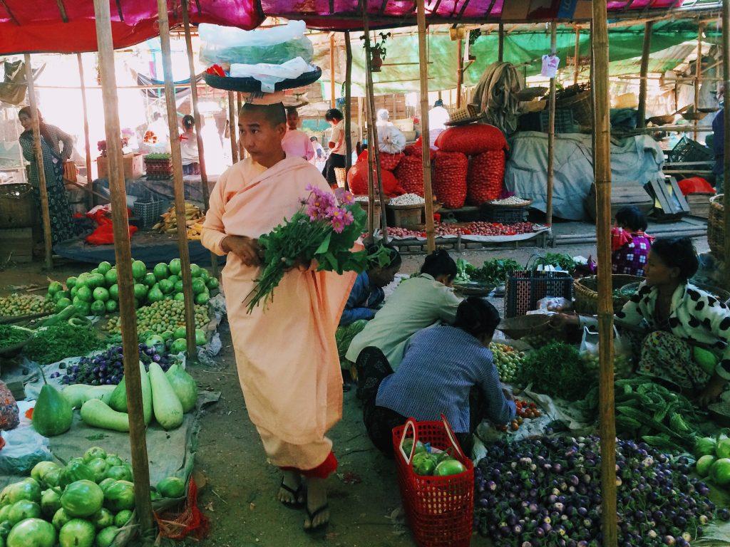 As freiras circulando pelo mercado. Foto: Lalai Persson