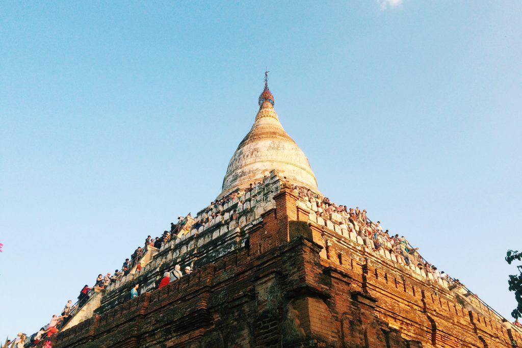 a galera pendurada na pagoda esperando pelo por do sol - foto Lalai Persson