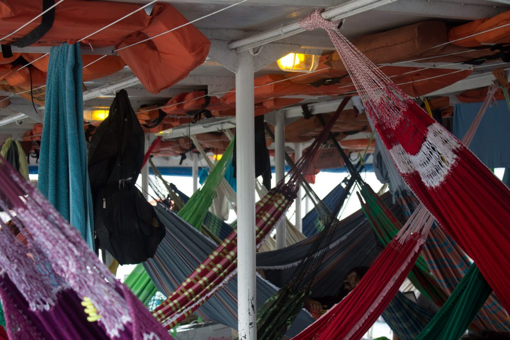 Redes coloridas e amontoadas: o exercício de definir seu espaço, toalhas e tralhas mil penduradas. Crédito: Renata Helena Rodrigues