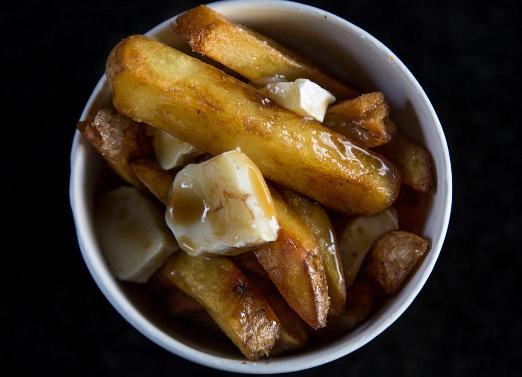 Fritas com brie e molho de carne por Alex Sotero, n'O Mercado Efêmero