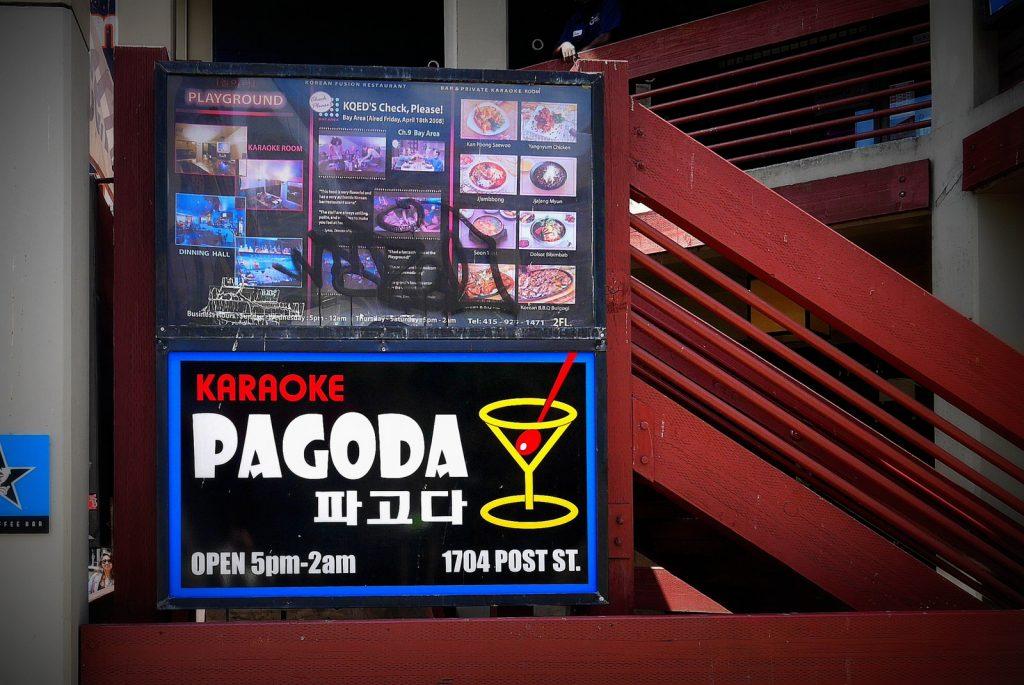 Curte um karaokê? O bairro tem dezenas de opções. O Pagoda é um que já foi fechado pela polícia mais de uma vez – só avisando...