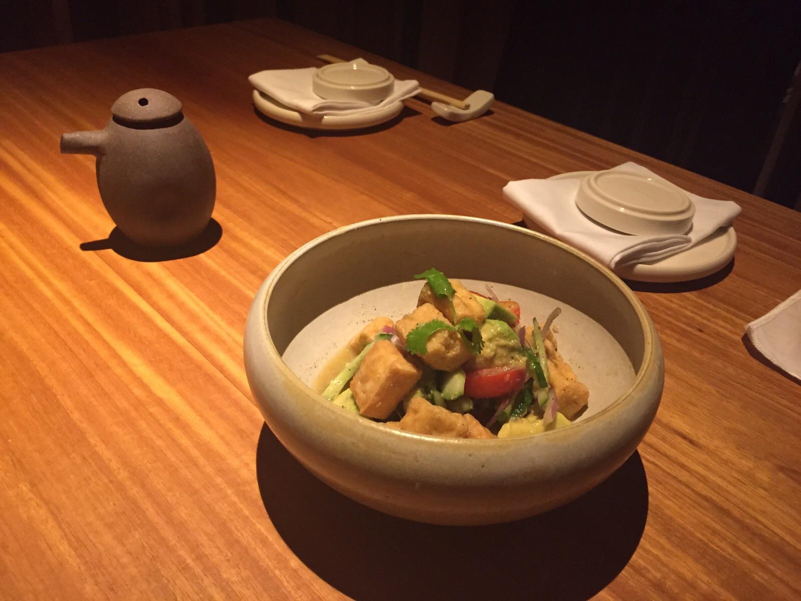 Ceviche de tofu crocante e abacate
