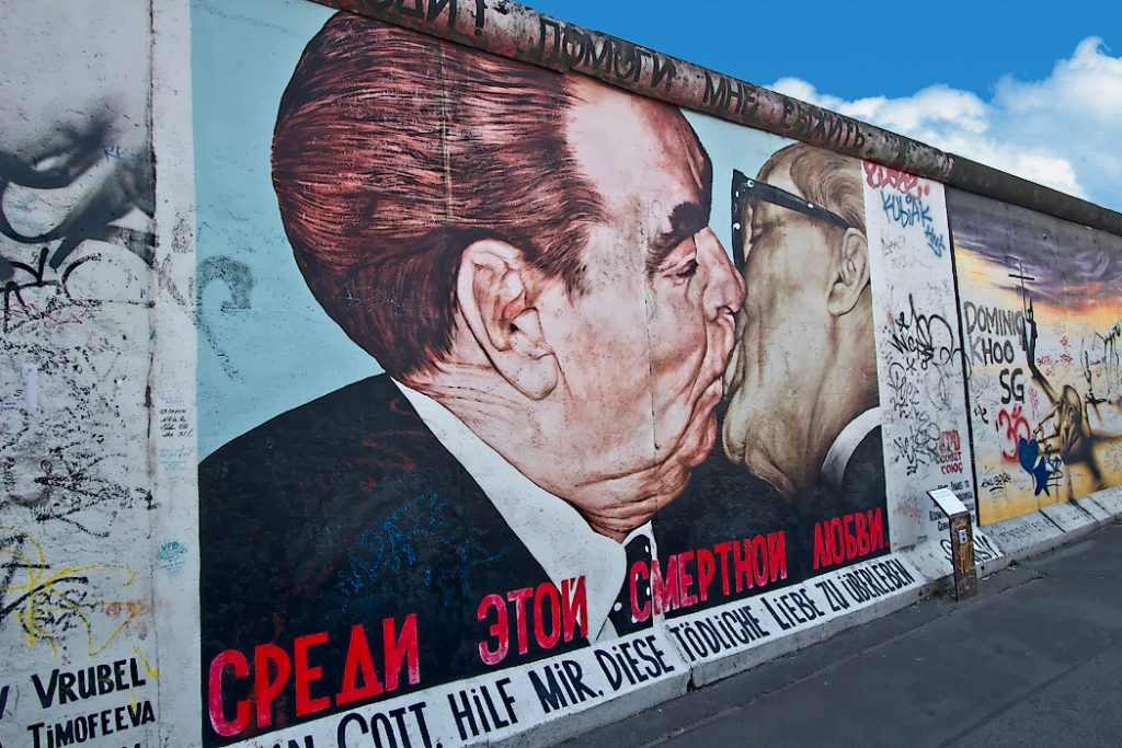 "O célebre mural ""My God, Help Me to Survive This Deadly Love"""