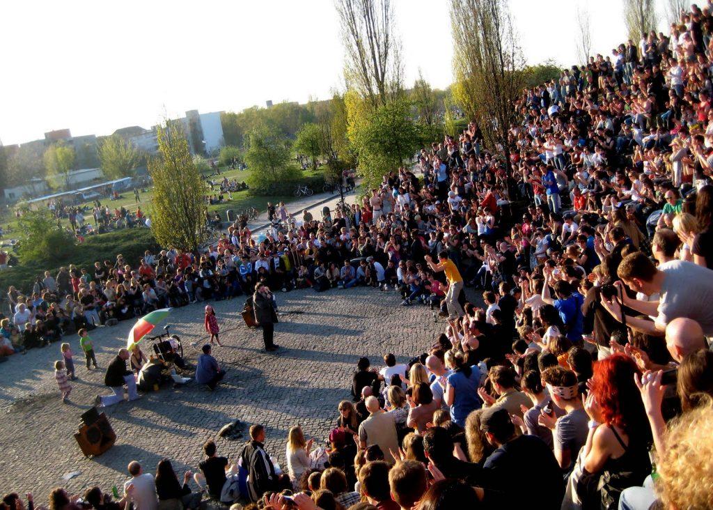 O karaokê no Mauerpark.