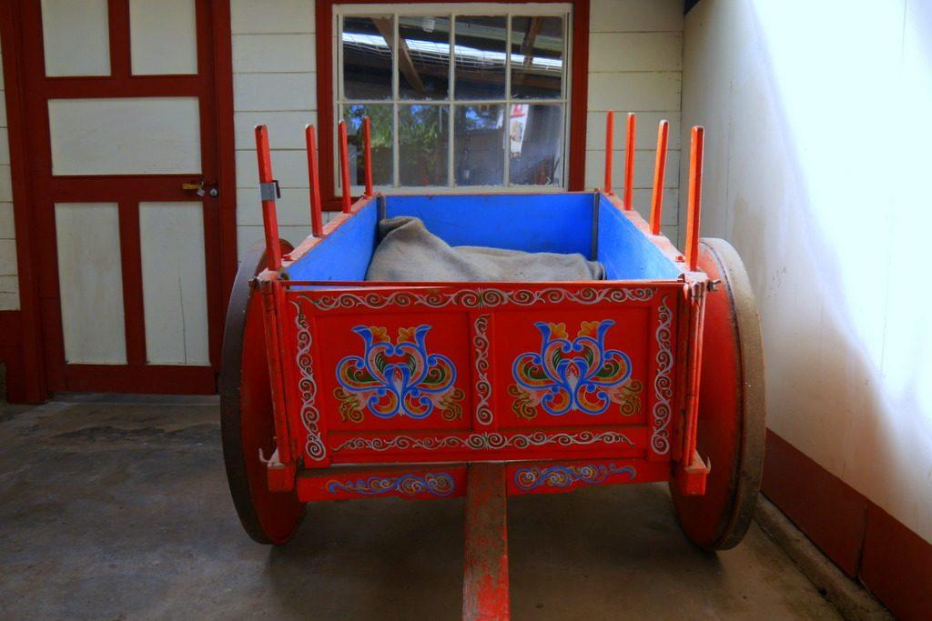 Mesmo que não sejam mais usados, os carros de madeira pintados (num estilo que lembra muito o filete portenho) ainda são valorizados e emprestam a imagem para peças de decoração e souvenires.