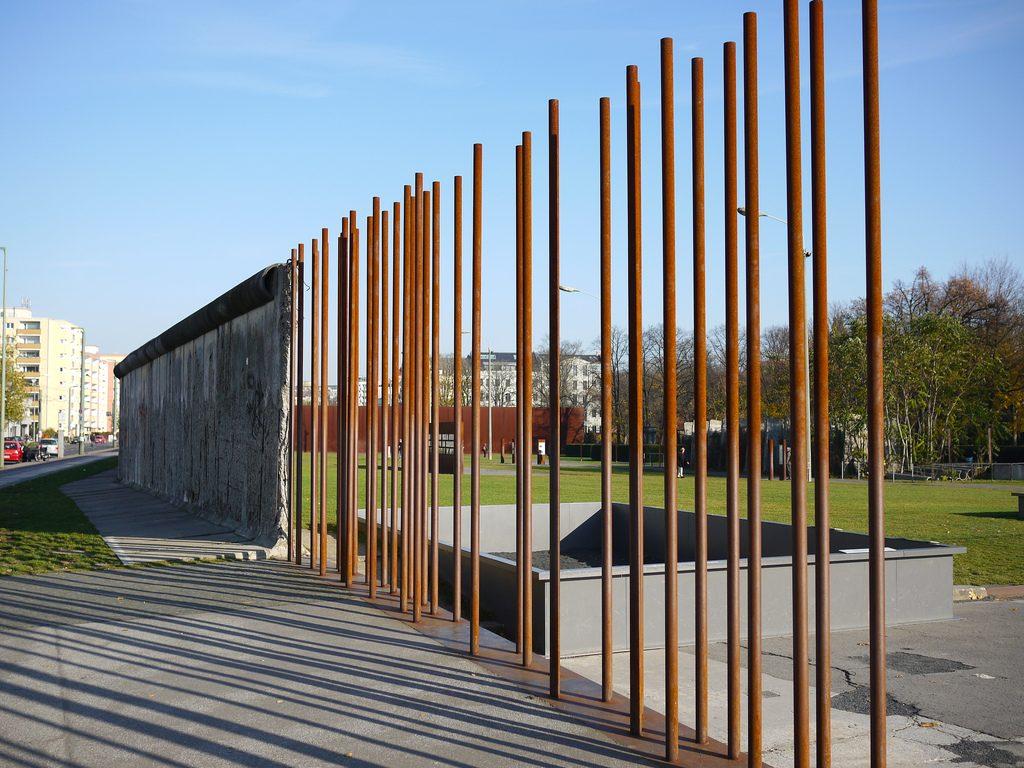 Um trecho do Muro de Berlim ao longo do memorial