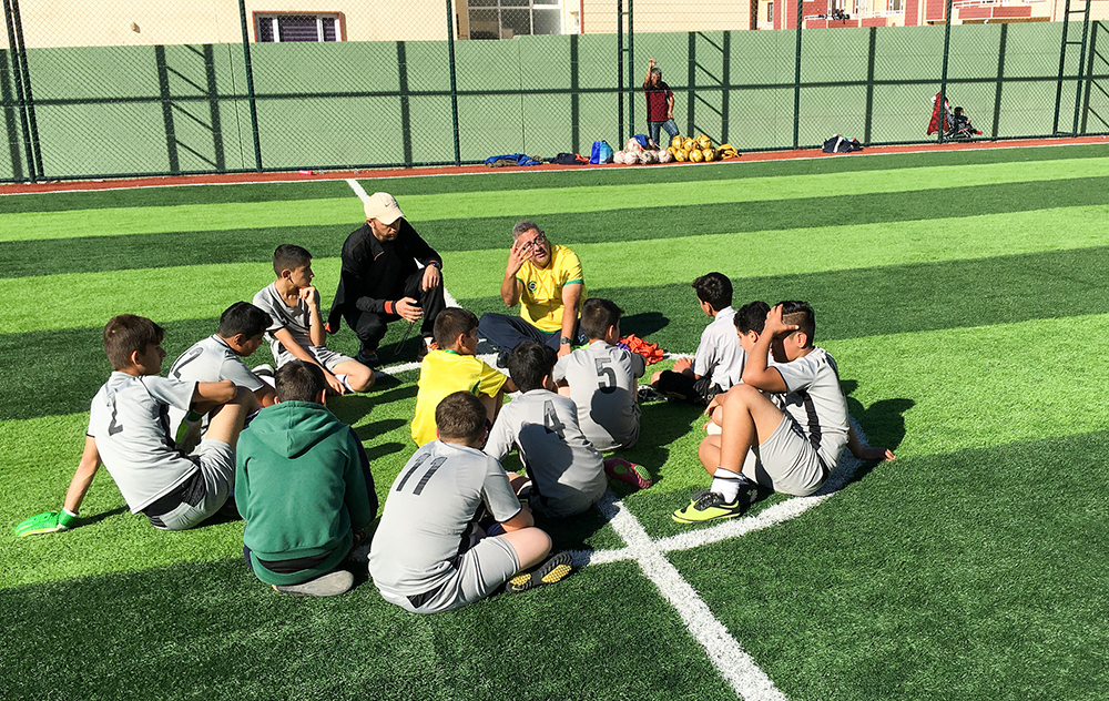 Escola de futebol de um brasileiro no Iraque