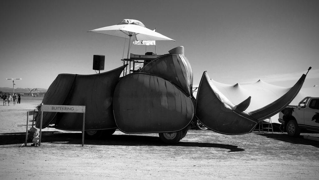 O Rinoceronteé um carro mutante com cabine de DJ.
