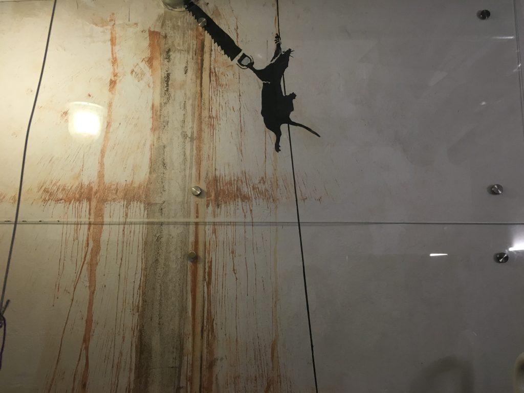 Banksy na parede do banheiro do Beirut (protegido com uma parede de vidro). Foto: Lalai Persson
