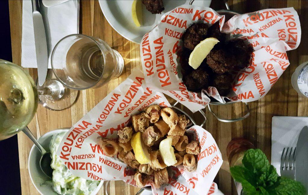 Das diversas porçõezinhas gostosas e bem servidas para dividir: lulas fritas e bolinhos de carne de cordeiro