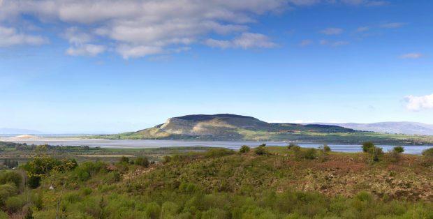 O monte Knocknarea visto de longe, com detalhe para o túmulo de Queen Maeves no topo. County Sligo, Irlanda. Foto: Dallan