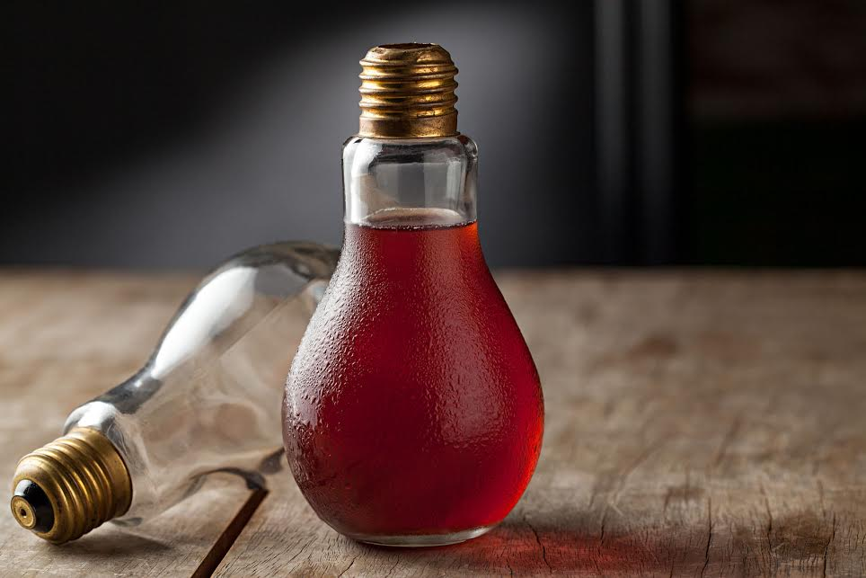 """No SOBE, o drink """"Âmbar"""" é servido numa inusitada taça em formato de lâmpada. Foto: Rodrigo Azevedo."""