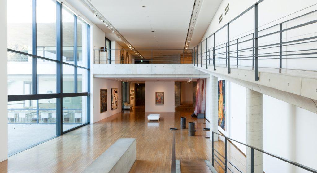 Um dos salões de exposições do Benesse Art Museum