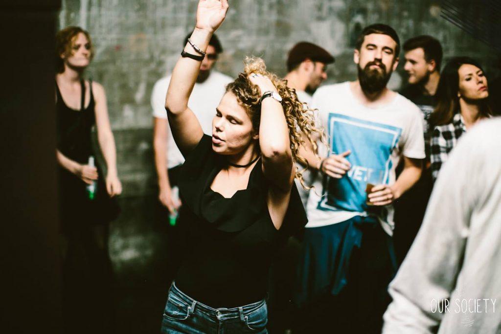 "Ali no ""blur"", o Ola e a Amanda, curtindo o Theo Parrish. Foto: De Fotomeisjes / Our Society"