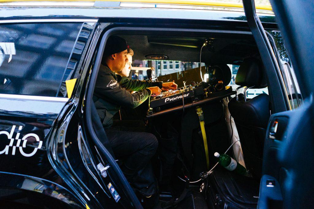 Galera discotecando no carro ADE. Foto: Ola Persson