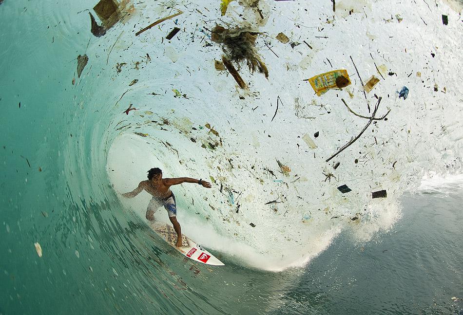 Ondas cheias de lixo em Bali. Foto: Zak Noyle