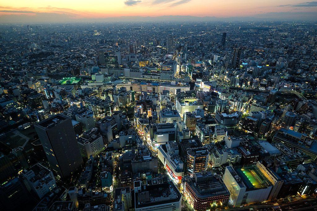 Ikebukuru à noite, Tóquio.