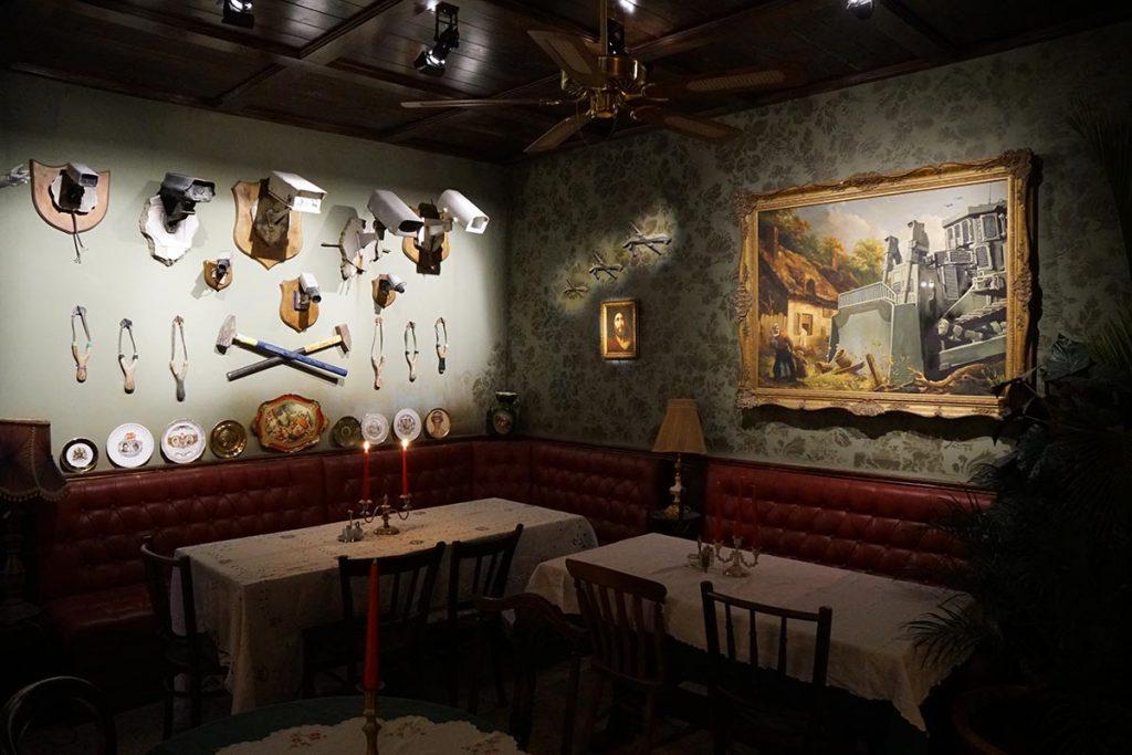 Walled Off Hotel - Piano Bar. Reprodução Banksy