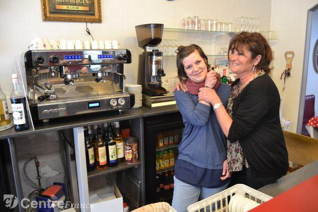 Penelope, a cozinheira, e Véronique, a dona do Le Bouche à Oreille - foto: Le Berry Républicain