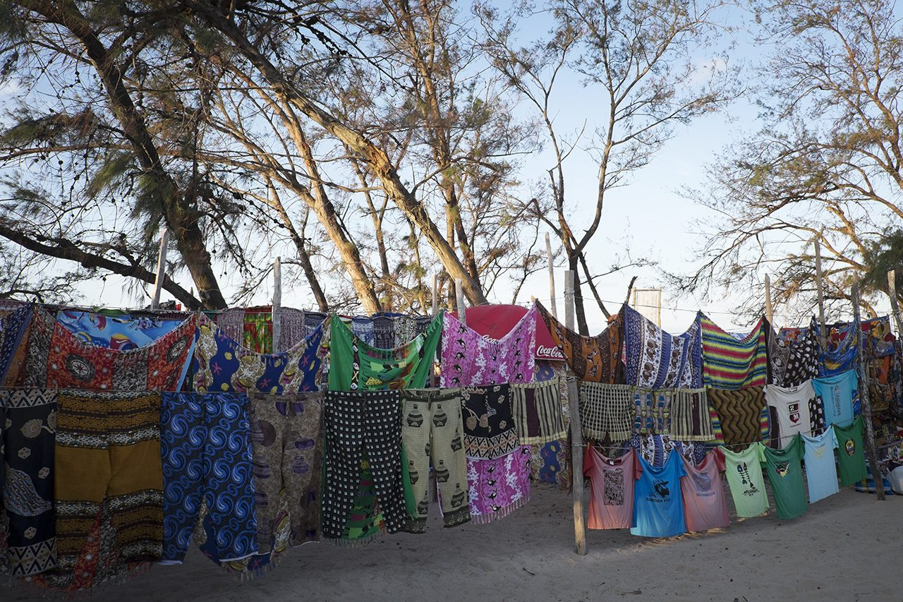 Capulanas no mercado de Tofo - foto: André Klotz
