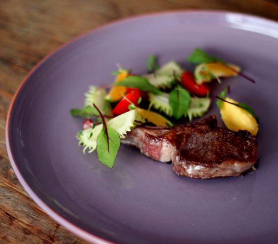 larissa1cordeiro-grelhado-com-manteiga-de-pequi-e-salada-de-maxixe-tomatinhos-folhas-jovens-de-beterraba-e-lima%cc%83o-cravo-jantarsecreto