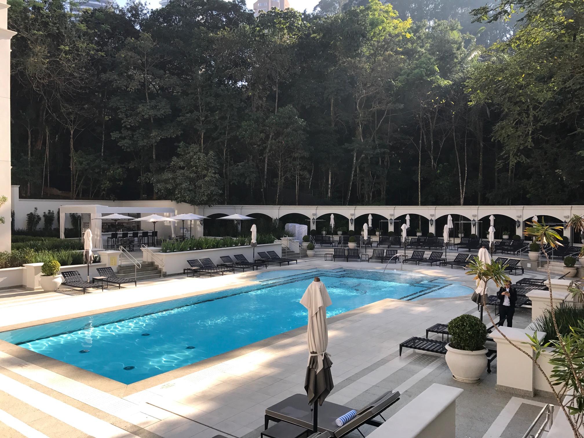 A piscina externa tem água aquecida e bar exclusivo - foto: Renato Salles
