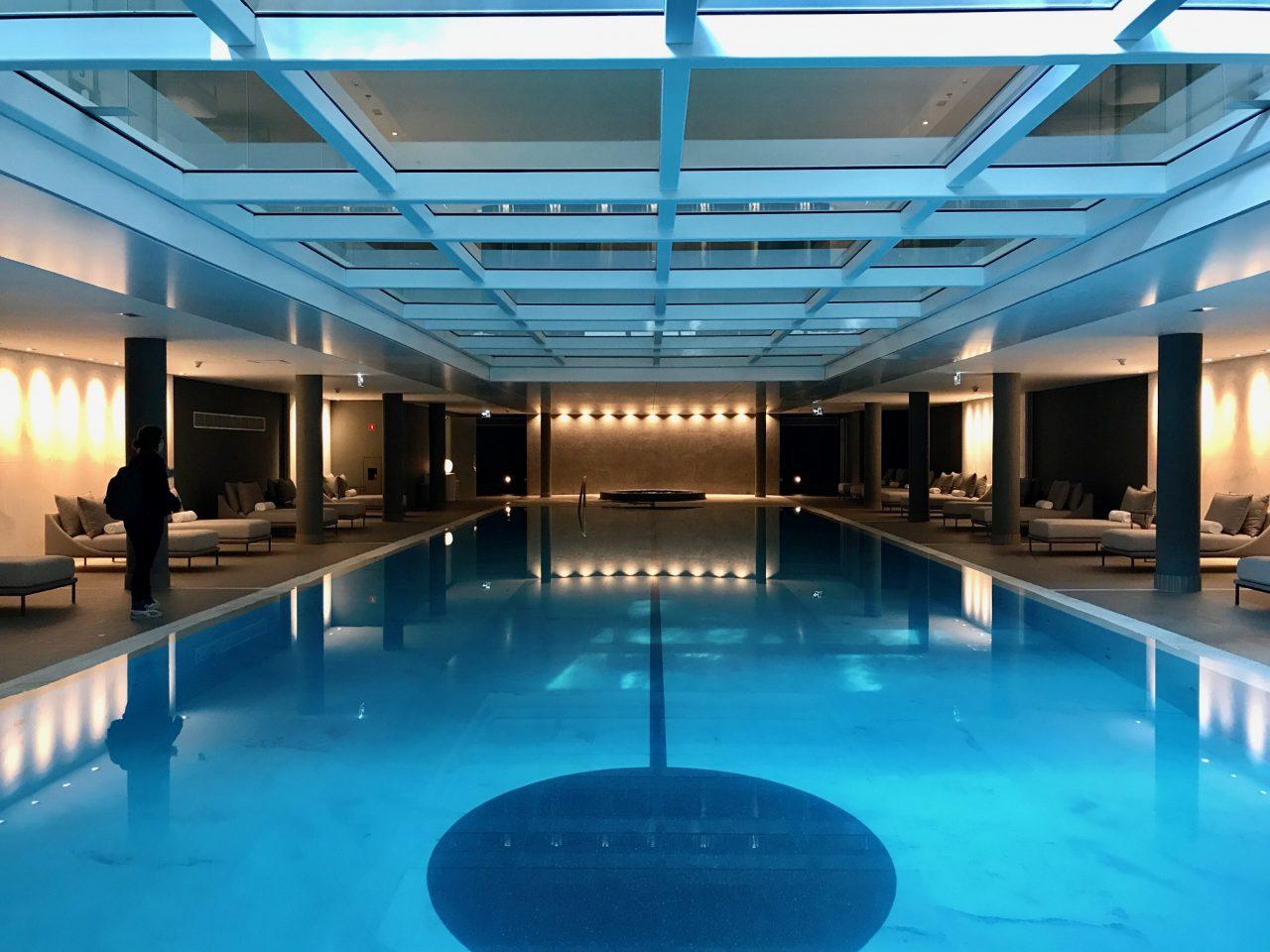 A piscina interna é quase inteira revestida em mármore branco - foto: Renato Salles