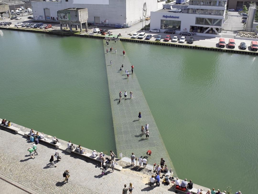 A obra 'On Water', da artista turca Ayse Erkmen, é uma ponte submersa no meio da cidade de Münster - foto: Roman Mensing