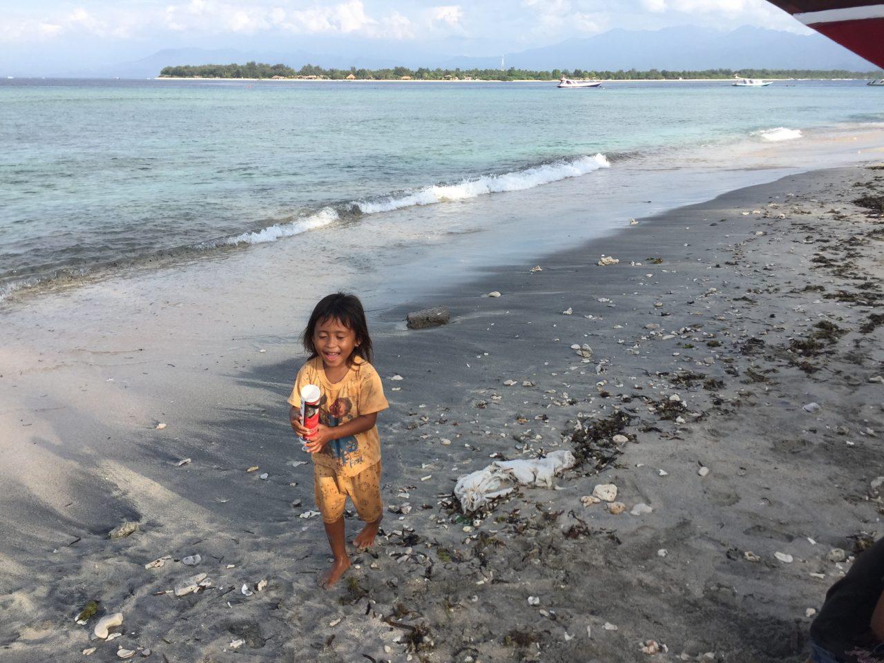 Menina local na praia. Foto: Vanessa Mathias