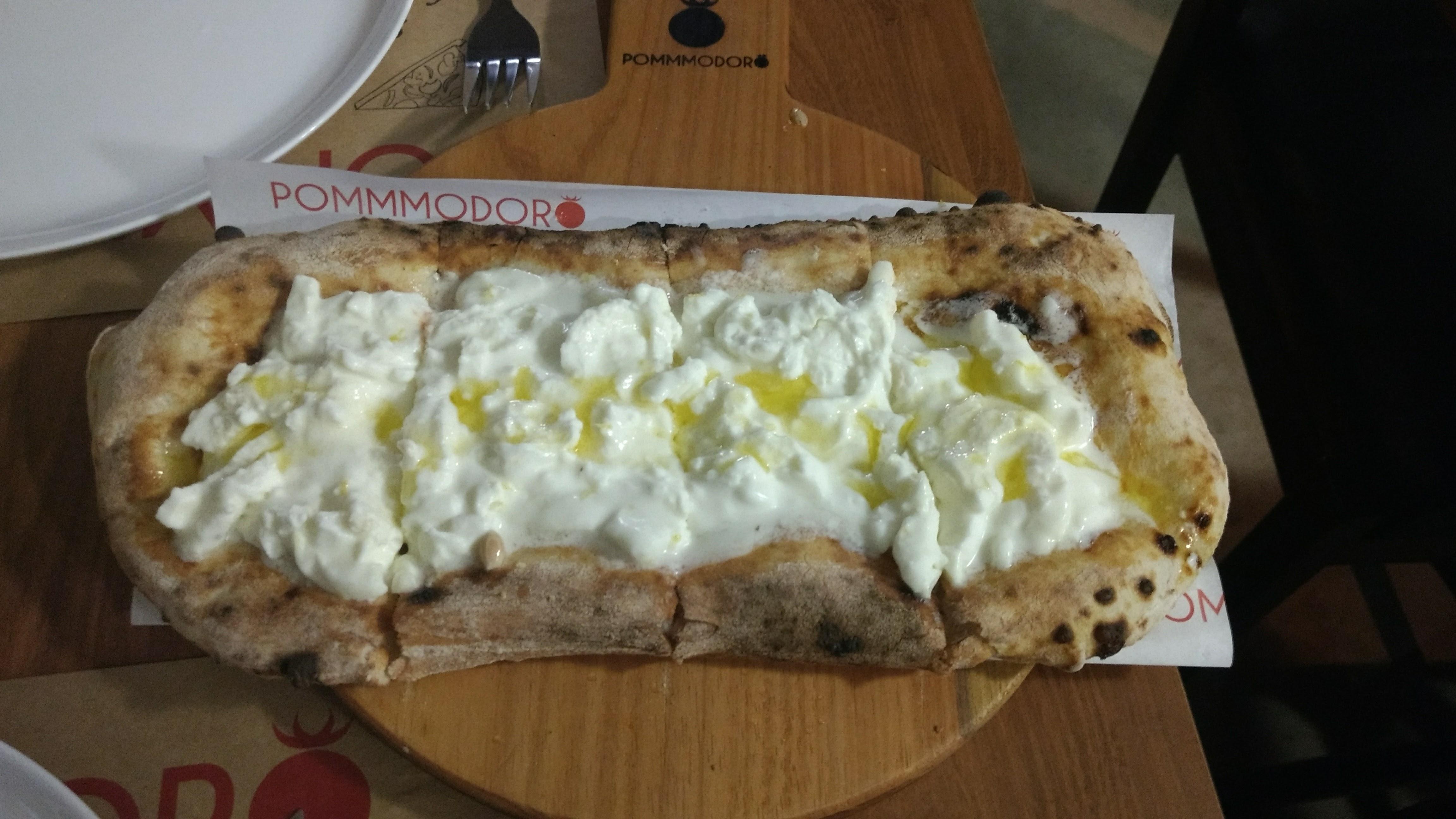 Focaccia de stracciatella com raspas de limão siciliano. Foto: Daniella Valentin