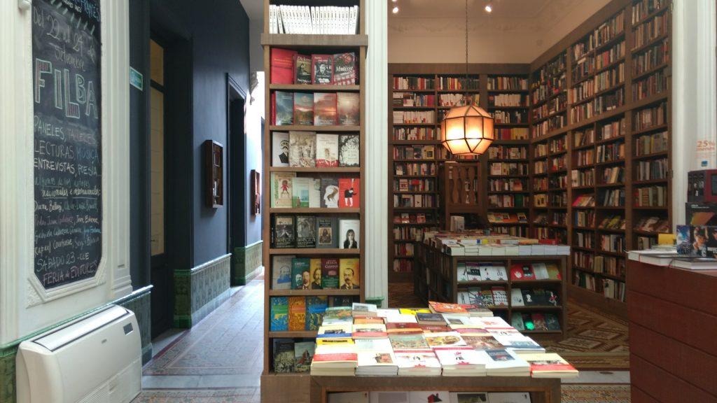 A livraria Escaramuza tem um café onde é posssível almoçar e a taça de vinho custa 90 pesos. Foto: Dani Valentin