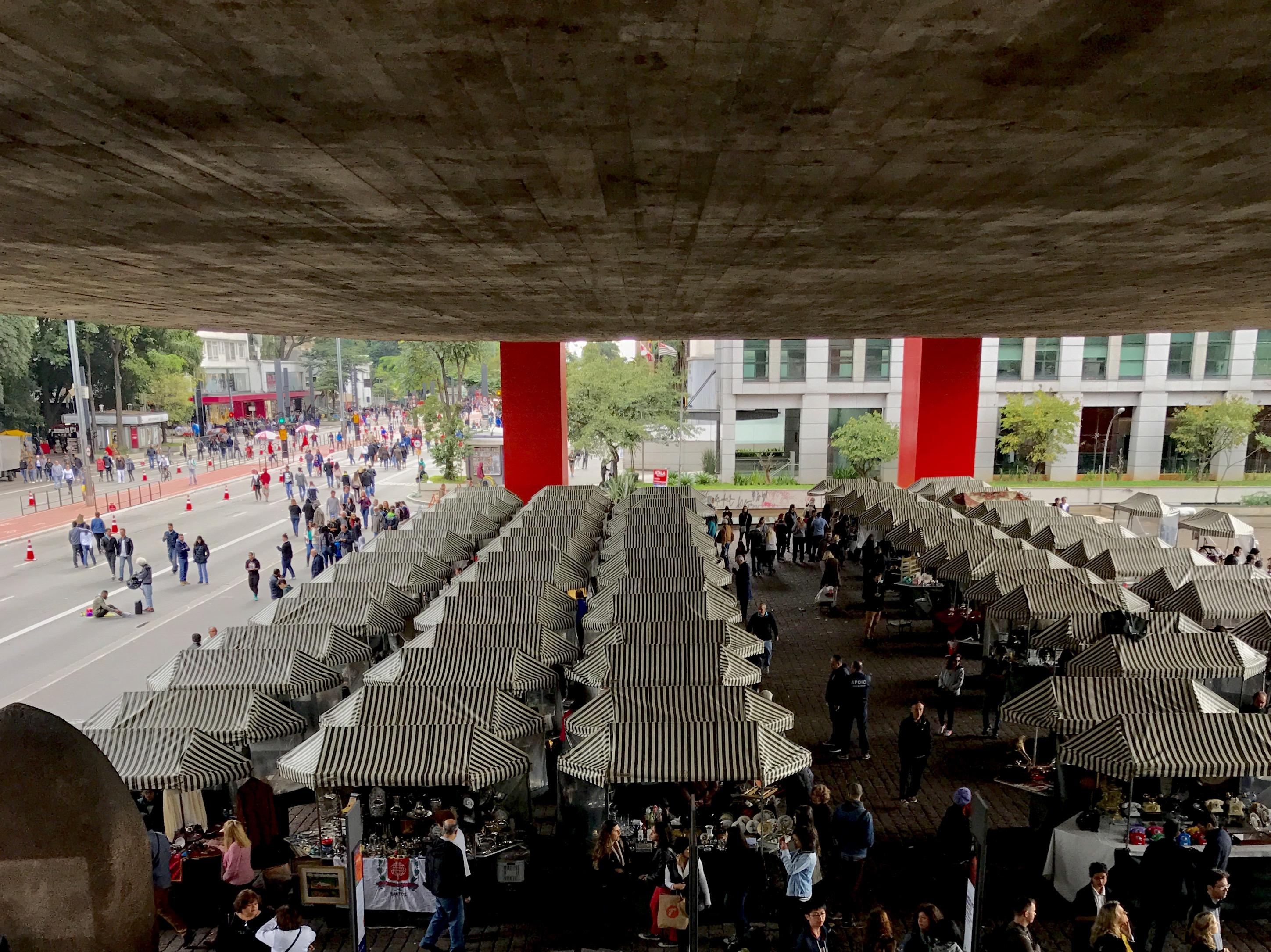 A Feira de Antiguidades acontece todos os domingos no vão livre do MASP há mais de 25 anos - foto: Renato Salles