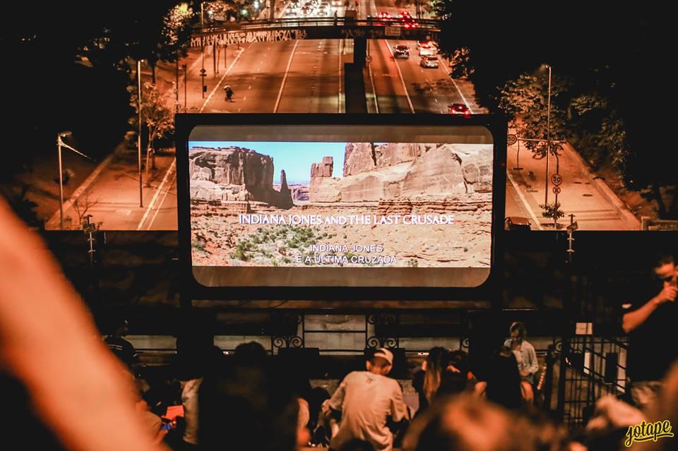 Cinema rolando no Mirante com a cidade de São Paulo ao fundo