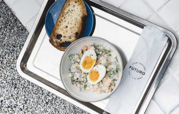 futuro-refeitorio_chopped-salad-ovo-orga%cc%82nico-cozido-torrada_gui-galembeck