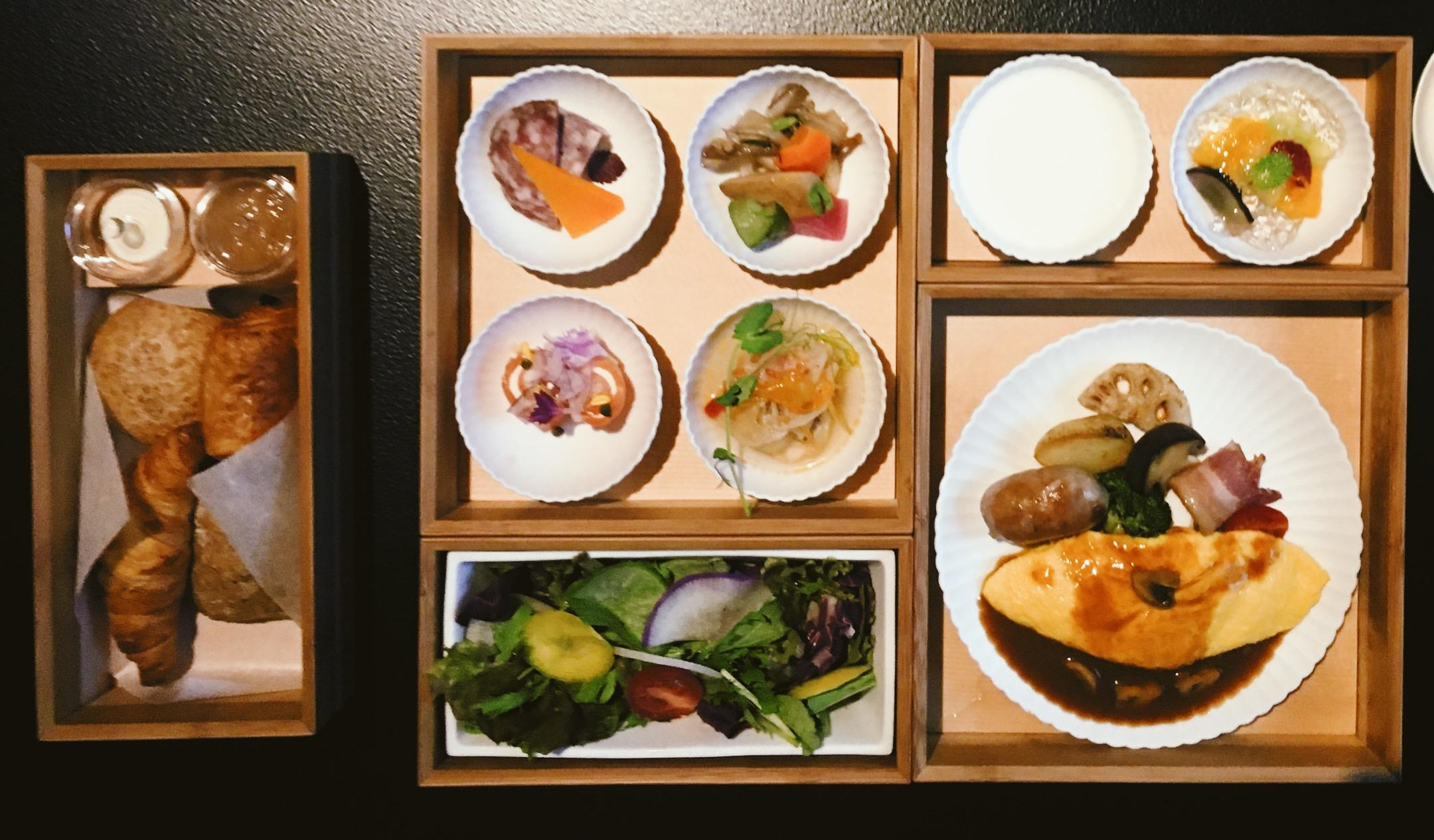 Café da manhã asiático, mas com uma pitada ocidental, no Hoshinoya Hotel.