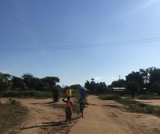 Mulheres carregando água em Malawi. Foto: Adriana Jardinovsky