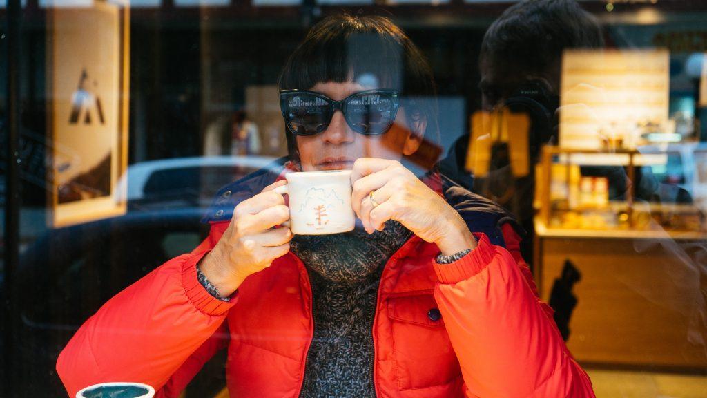 Eu tomando um café no Café Austral Modern, no centro de Ushuaia. Foto: Ola Persson