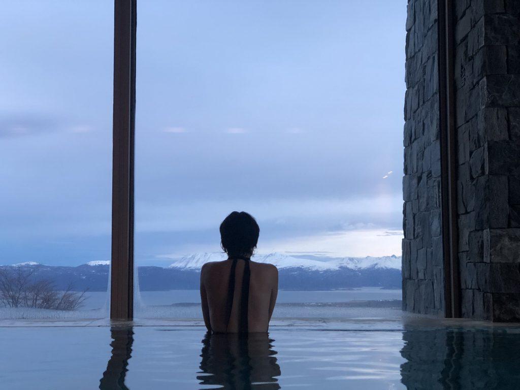 Eu dando uma relaxada na ótima piscina do Arakur com essa vista de cair o queixo. Foto: Ola Persson