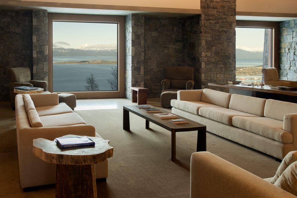 Uma das salas de estar no lobby do Arakur Ushuaia. Foto: divulgação