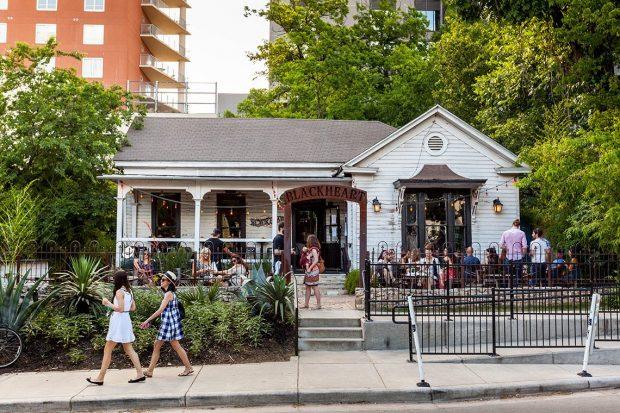 A Rainey St. é cheia de bares e restaurantes e casinhas fofas como essa. Foto: fouroverfour.jukely.com