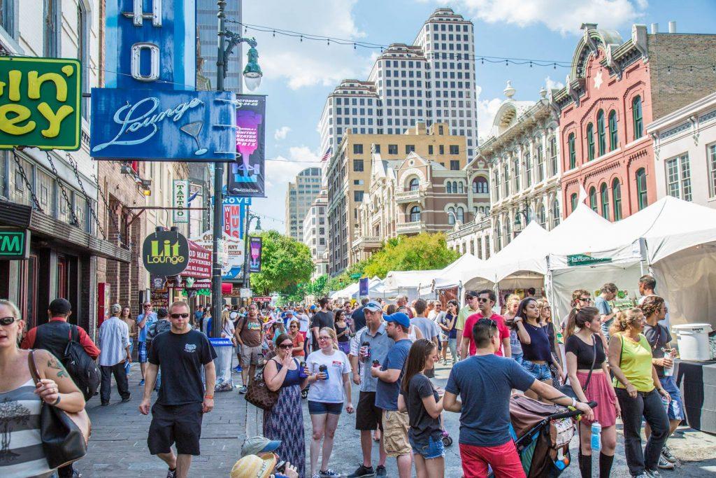 6th Street - aka Dirty Street - numa das diversas festas que abriga. Foto: divulgação