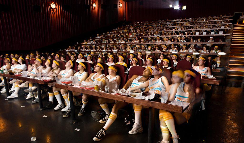 A sala do Alamo Draft House, onde é possível comer e ver filme. Foto: divulgação