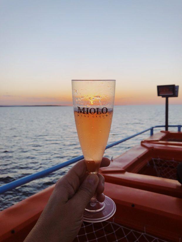 Vapor do vinho: um brinde à viagem e ao por do sol. Foto: Lalai Persson