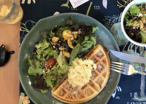 Waffle de pão de queijo com salada e ovos, Botanista. Foto: Lalai Persson